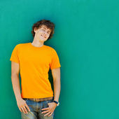 Giovane uomo su sfondo verde — Foto Stock