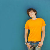 Junger Mann auf blauem Hintergrund — Stockfoto