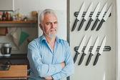 Senior man in his kitchen — Zdjęcie stockowe