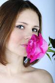 Porträtt av den vackra flickan med scarlet rose — Stockfoto