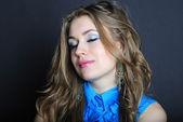 Brillante ritratto della bella ragazza con occhio chiuso — Foto Stock