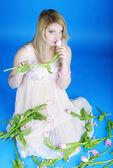 Mooie zwangere meisje met roze tulp — Stockfoto