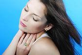 Schönes mädchen brünette mit langen haaren mit geschlossenen augen — Stockfoto