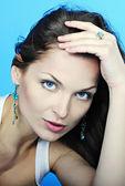 Mooi sierlijke meisje brunette met lange haren — Stockfoto