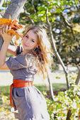 Młode piękne dziewczyny w jesień drewna na słońcu — Zdjęcie stockowe