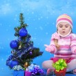 The little girl with the Christmas tree and gifts — Foto Stock