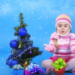 The little girl with the Christmas tree and gifts — Foto de Stock