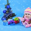 The little girl with the Christmas tree and gifts — Stockfoto