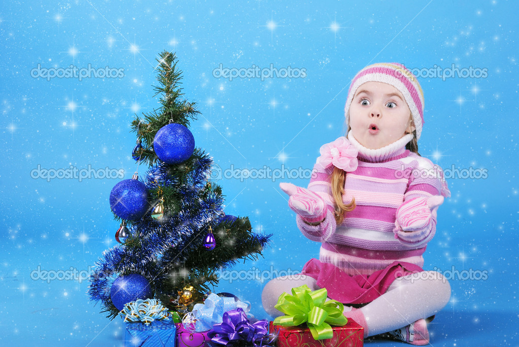The little girl with the Christmas tree and gifts — Stock Photo #17416361