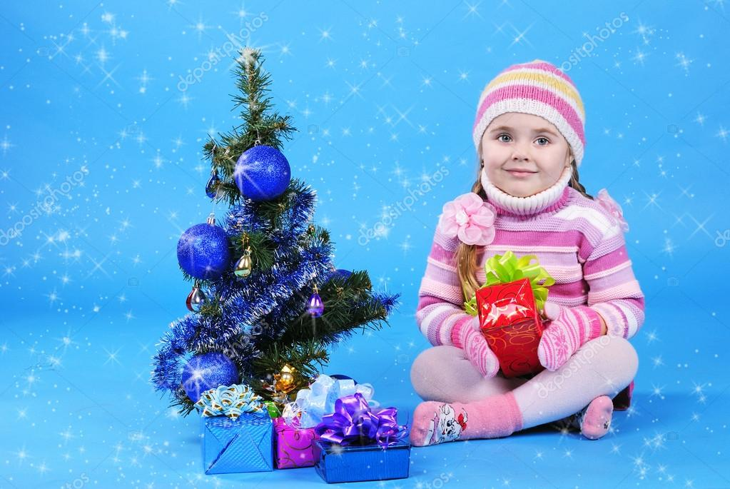The little girl with the Christmas tree and gifts — Stock Photo #17837349