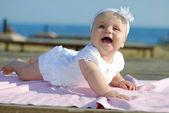 A garotinha na costa do mar — Fotografia Stock