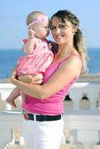 私の母と、海のそばの小さな女の子 — ストック写真