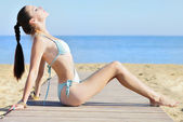 ブルー水着岸で優雅な女の子流行の小史 — ストック写真