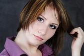 Jeune fille émotionnelle dans une chemise violette avec une coupe courte — Photo