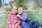 Couple amoureux de petits enfants sur le pré vert — Photo