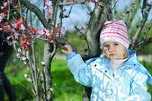 散歩に公園で春に緑の草の上の少女 — ストック写真