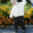 Little boy in the autumn park near colors — Stockfoto
