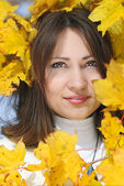 Portrait of a beautiful girl among the yellow leaves in autumn — Стоковое фото