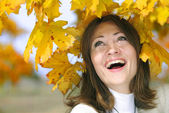 Portrait of a beautiful girl among the yellow leaves in autumn — Stock Photo