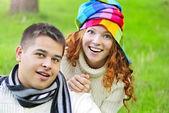 Giovane coppia bella erba verde in autunno — Foto Stock
