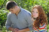 Giovane coppia con una persona ferita — Foto Stock