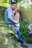 Giovane coppia bella nel parco — Foto Stock