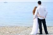 Mooie jonge paar in liefde in de buurt van de zee — Stockfoto