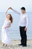 Bella giovane coppia innamorata, vicino al mare — Foto Stock