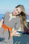 Retrato de la hermosa joven contra el mar — Foto de Stock