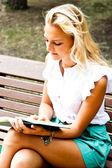 Femme avec livre — Photo