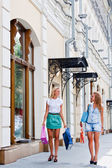 Deux femmes avec shopping — Photo