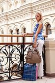 Una mujer en un centro comercial — Foto de Stock