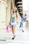 Le due donne fare shopping in un centro commerciale — Foto Stock