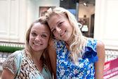 ショッピング センターの 2 人の女性 — ストック写真