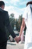 Nygifta par går på vägen — Stockfoto