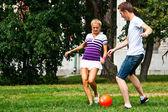 Man en vrouw voetballen — Stockfoto