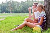 Homme et femme détente dans le parc — Photo