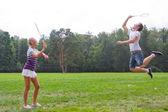 Un uomo che suona una donna nel badminton — Foto Stock