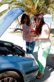 Zwei frauen im auto defekt — Stockfoto
