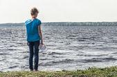 Jeune fille au bord de la rivière — Photo