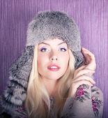 Hermosa chica en sombrero de piel — Foto de Stock