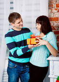 Young couple exchange gifts — Foto Stock