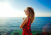 Young beautiful girl enjoying the sea on a sunny bright day — Stock Photo