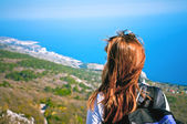 Portrait of a young girl enjoying a tourist on a hill overlookin — Foto Stock