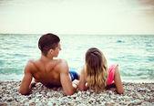 Jovem casal é relaxante na praia — Fotografia Stock