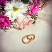 Wedding arrangement, rings and bouquet of flowers — Stock Photo