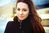 портрет молодая, очаровательная девушка брюнетка — Стоковое фото