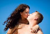 Pretty young couple having fun on the beach — Foto de Stock