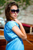 Portrait of a girl near the sea on the background of a yacht — 图库照片