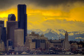 Downtown Seattle with dramatic sky and Cascade Mountains in the — Stock Photo